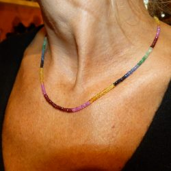 Collier de saphirs multicolores